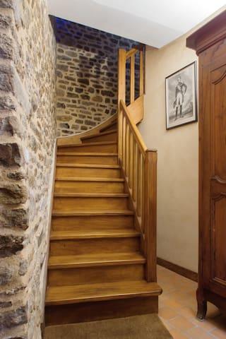 Escalier allant de l'entrée à l'appartement.