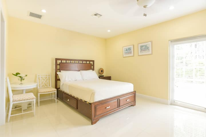 Queen Suite Deluxe + Kitchen (Marigold Room)