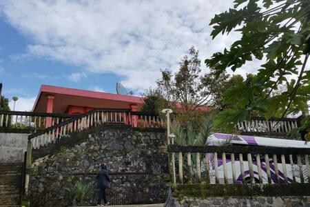 Villa merah nyaman bersih