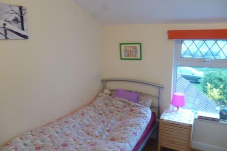 2 Private Rooms available - Bristol - Talo