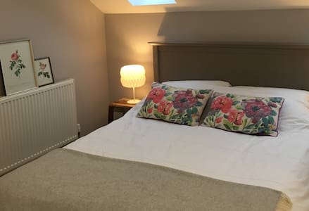 Lovely eaves room in cheerful house - Ipswich - Casa