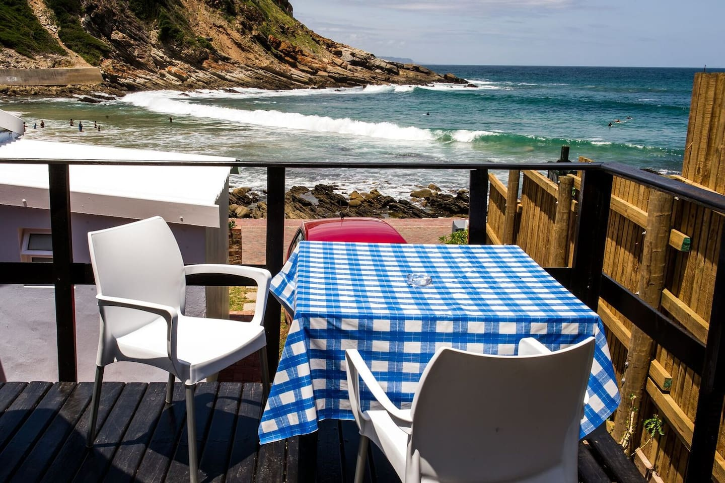 Bachelor 2, flat behind the beach house. limited see view. Braai deck is private with beautiful sea views. Sleeps 2 Guests. Double bed, en-suite, Kitchen and Hotel Package Dstv.