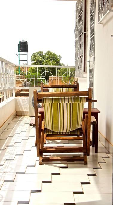 Avec un accès balcon pour les petits déjeuners , apéritifs ...