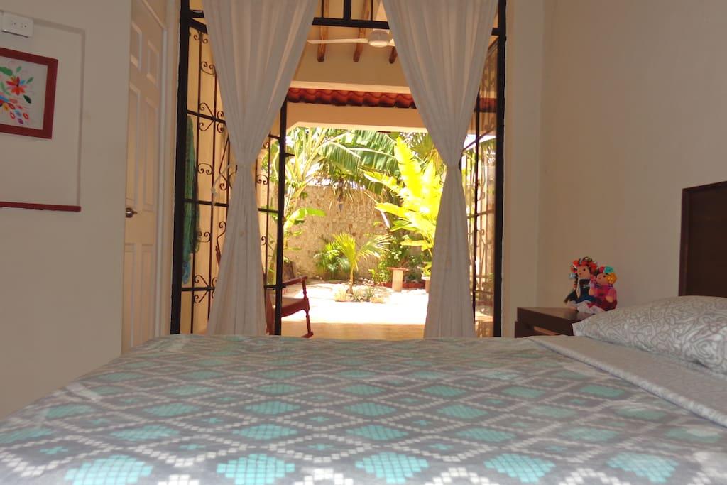 Direct view of the private patio.   /    Vista directa al patio privado.