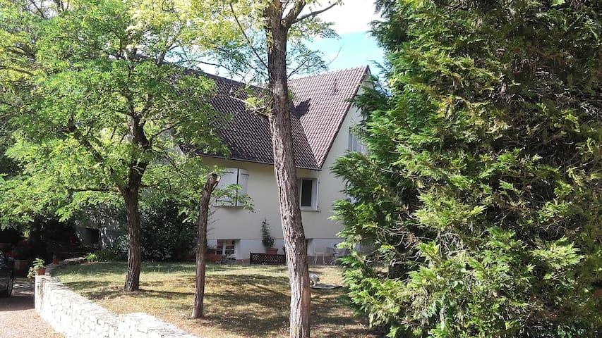 le pavillon dans lequel se trouve la studette  en rez de jardin..