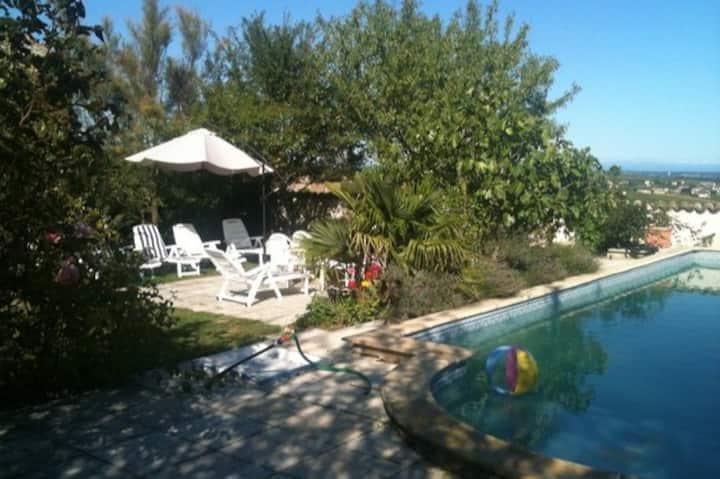 propriété de charmes piscine jacuzzi parc fleuri