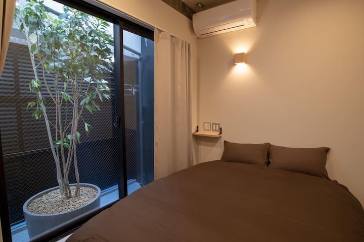 植物景色付きのダブルベッドルーム (一室のみ、予約の際に指定不可)