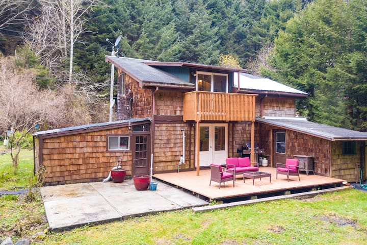 Cozy cabin for two w/ a furnished deck & grassy yard - close to hiking trails