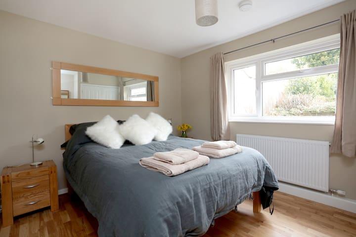 Contemporary getaway Dble Bedroom - Corsham