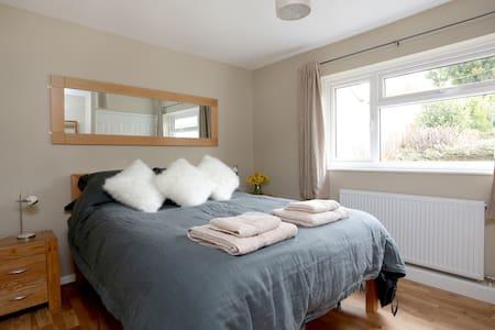 Contemporary getaway Dble Bedroom - Corsham - Bed & Breakfast