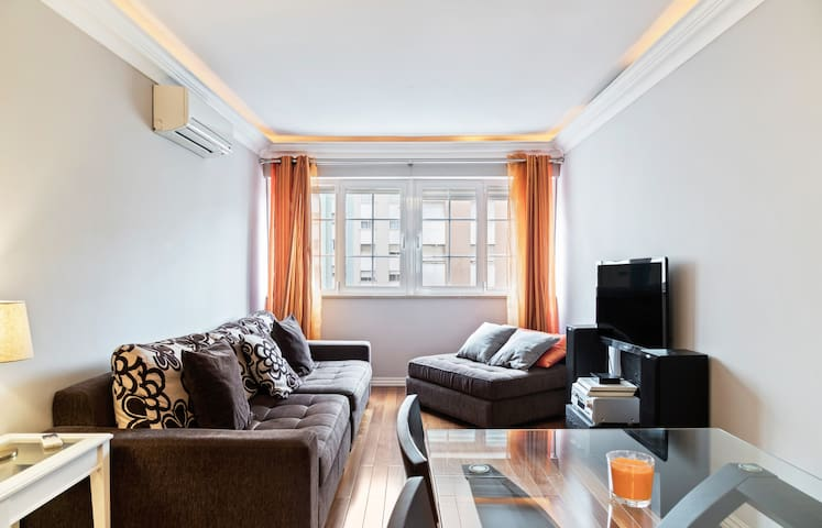 Large Contemporary Apartment with Three-Bedroom