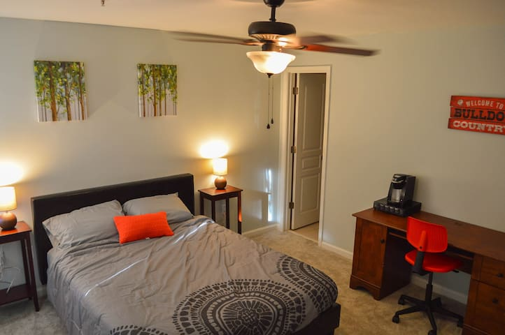 Private Bed + Bath (2 mi to Stadium and Downtown)