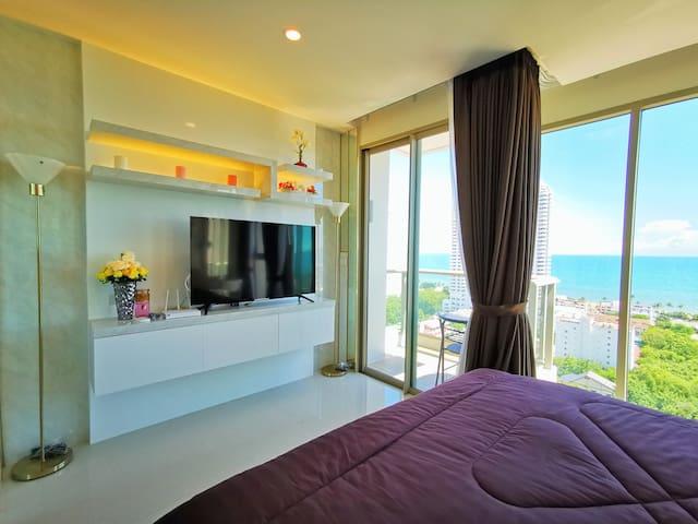 Bed and balcony เตียงนอนและระเบียงห้อง 床和阳台