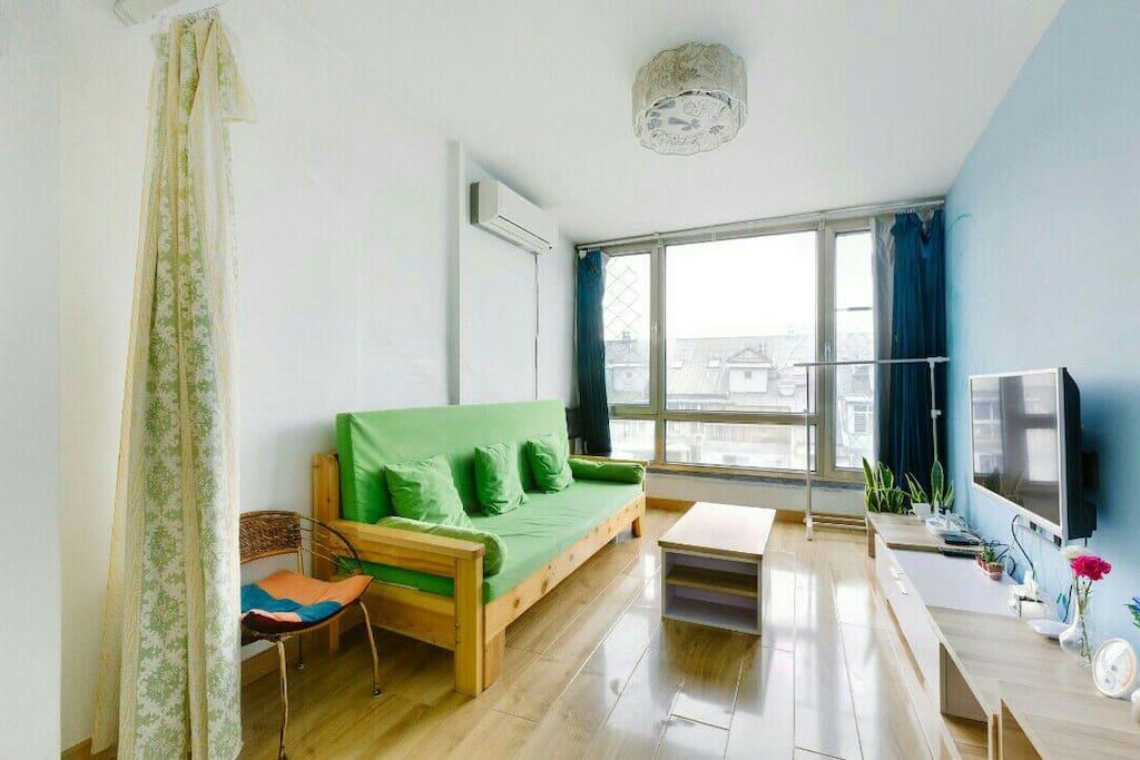 客厅的沙发可以拉开当床,拉上帘子,就是一个单独的空间。