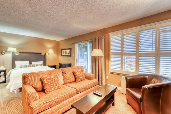 Updated dog-friendly condo w/ shared pool, hot tub & tennis - walk to the lift!