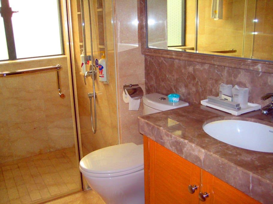 卫生间牙具等洗浴用品齐全