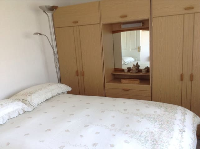 Double bedded room suitable for single or couple - Sale - Huis