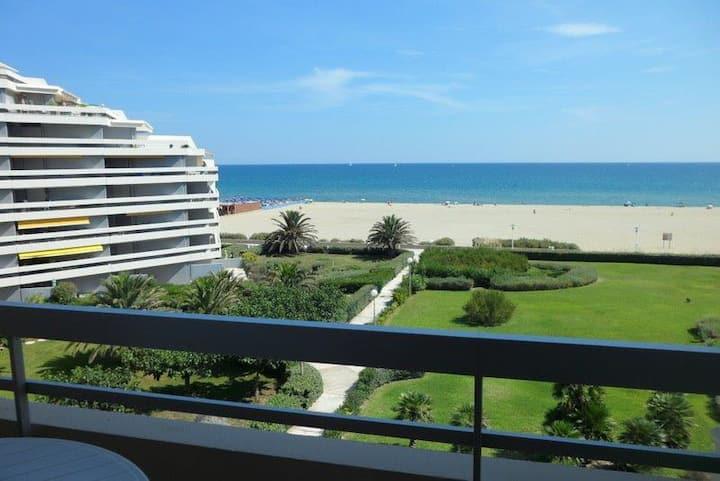 Studio  face à la plage avec parking et  terrasse