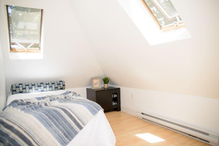 Cozy room in Porter Square