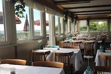 Restaurant Strandgården med både inde-og udendørs servering. Her kan du nyde lækker mad og en unik udsigt over Østersøen. Her kan man spise brunch, frokost og middag eller nyde et glas på terrassen.