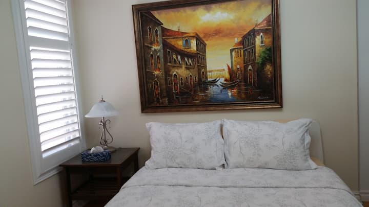 Big bedroom+TV near to airport and Square One