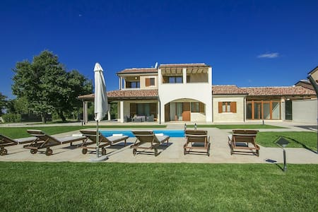 Villa Genia with swimming pool - Baderna