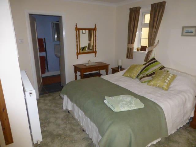 Ensuite double bedroom near town centre. - Darlington - Pousada