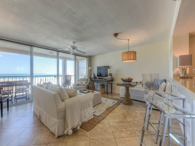 Bright, cozy unit, 2 beach chairs and bicycles included, Close to entertainment