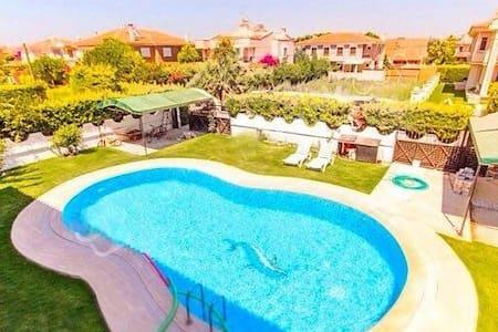 Organik bahçe içinde havuzlu villa - イズミル