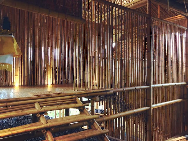 The layering of bamboo screens, concealing and revealing upon entering the house, creating a sense of mystery and anticipation!