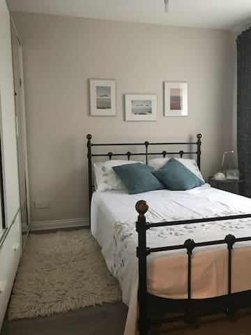 Room w/double bed for rent for professionals