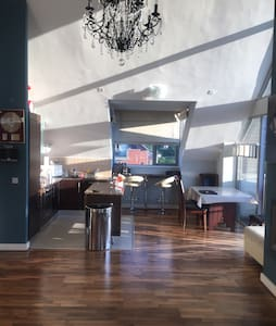 Classy Penthouse mins from airport - Apartment