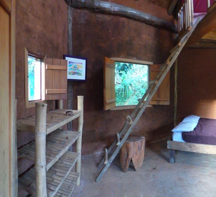 La cabaña tiene dos pisos y la podemos adaptar con mas o menos camas dependiendo del número de pasajeros