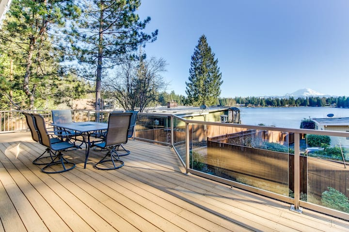 Spacious, welcoming lakefront home with two kayaks & peaceful surroundings!