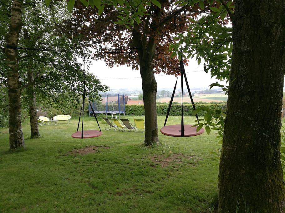 Balançoires et trampoline