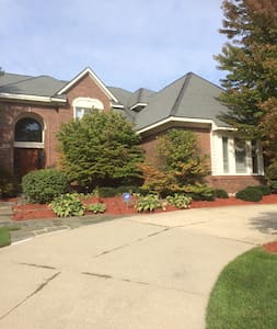 AN UPSCALE AFFORDABLE EXECUTIVE ESTATE - West Bloomfield Township - House