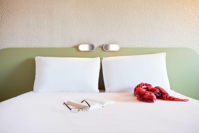 Chambre cocoon & design équipée d'un lit double avec une couette douillette, d'un lit superposé pour 1 personne (non recommandé pour les enfants de moins de 6 ans), douche et toilettes. Profitez de la TV écran plat, de connexions multimédia et du Wi-Fi.