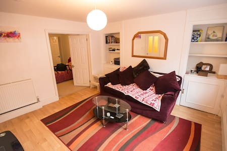 Modern Victorian apartment with parking - Cheltenham - Apartemen