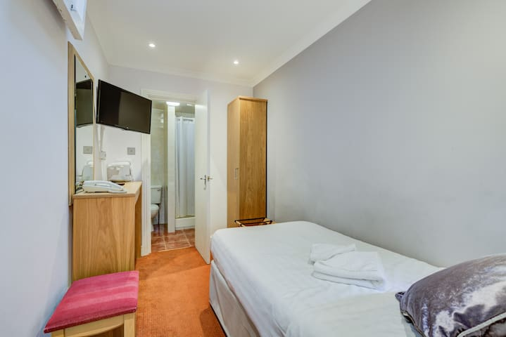 Single Bedroom Located in the Heart of London