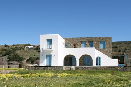 Maison neuve - 6 chambres- jacuzzi- 150m de la mer - Gavrio