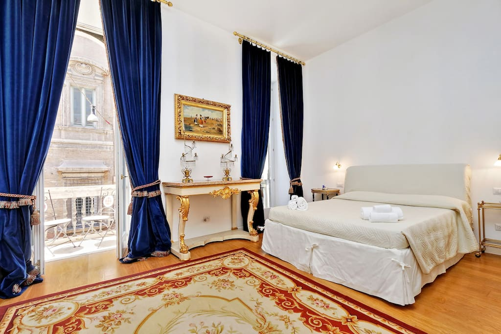 Bedroom and balcony with amazing view of Piazza Venezia, the most important square in Rome