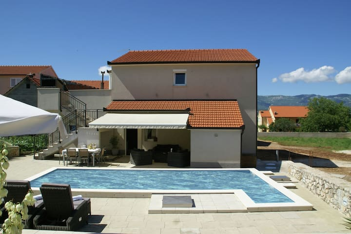 Fantastic villa with private pool in the green hinterland of Split