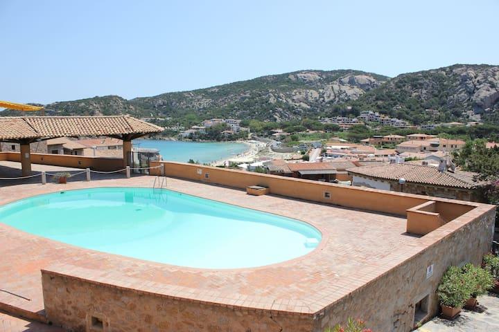 Apartamento a pocos metros de la playa con jardín, piscina y terraza
