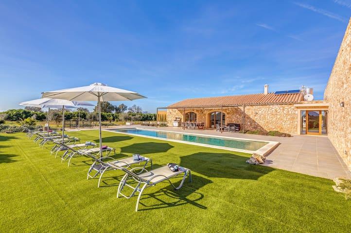 Villa moderne idéalement située avec piscine, Wi-Fi, climatisation et terrasse