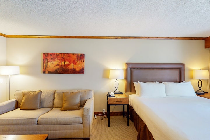 Ski-in/ski-out room w/ WiFi & shared hot tub, outdoor pool, gym - walk to lifts!