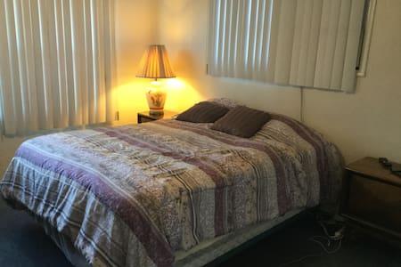 Big Bright Room in the Northridge/Reseda area - Los Angeles