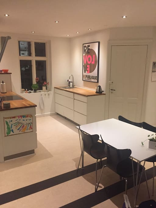Samtale køkken- hvor man kan tilberede et lækkert måltid, hvis man ikke vil benytte de lækre cafe'er og restauranter i området eller i byen:-)