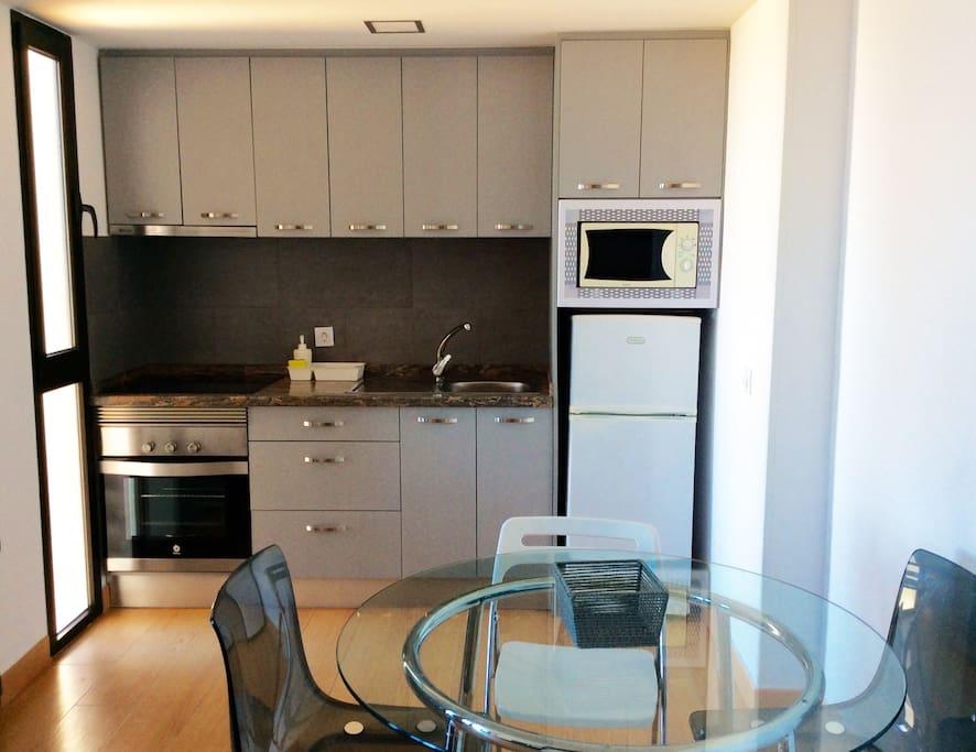 Stylishly efficient kitchen (microwave, refrigerator, oven) - Cocina completamente equipada (microondas, nevera, horno)