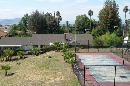 Private, one bedroom. HUGE house in the hills POOL - 莫雷諾谷(Moreno Valley)