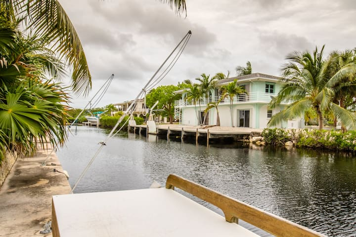 Beautiful Canalfront 2 Bedroom 2 Bath Pool home
